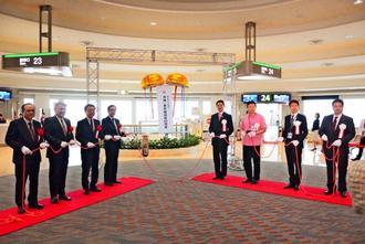 JALグループの沖縄-羽田航空路線就航65周年を祝った記念式典=5日、那覇空港