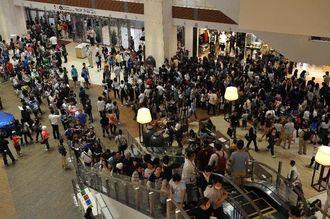 オープンと同時に大勢の買い物客でにぎわうイオンモール沖縄ライカム=25日午前、北中城村