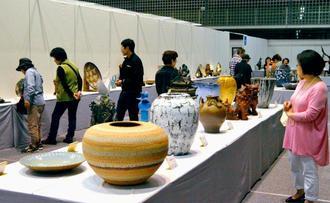 多くの家族連れが訪れた沖展会場=31日、浦添市民体育館