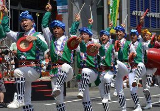 勇壮な演舞を披露した赤野青年会=29日、東京都の新宿駅前