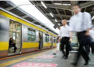 東京五輪に向けた混雑緩和策の試行期間が始まり、早朝に運行される臨時列車(左)=22日午前、JR西船橋駅
