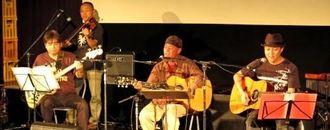 バイオリンと共演し懐かしい楽曲を歌うのひなさん(中央)ら=よしもと南の島パニパニシネマ