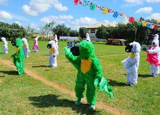 野鳥の保護を訴えるダンスは会場から大喝采を浴びた=オキナワ第一日ボ校グラウンド