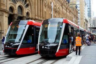 14日、オーストラリア・シドニーのジョージ通りの駅に停車する路面電車(共同)