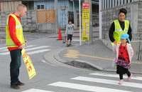 若き米兵が見守る通学路 「飛ばす車が減った」 地域から感謝の声 沖縄・北谷町