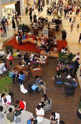 【イオンモール沖縄ライカム写真特集】買い物客のために休憩スペースも多く設置されたフロア