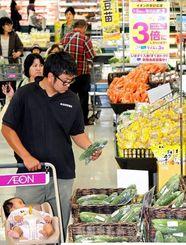 スーパーで野菜や食料品を買い求める人たち=1日午後、那覇市金城・イオン那覇店