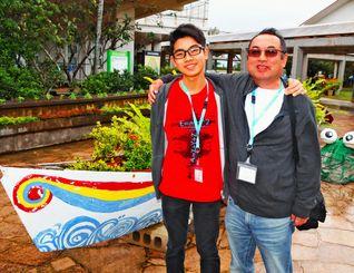 モデルロケットの打ち上げで訪れた母校の八島小学校で父・厚志さん(右)と笑顔を見せる岡部壮良さん。「ここが一番長くいたし。島を離れても原点になりそう」=石垣市立八島小学校