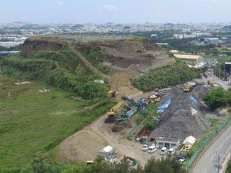 倉敷環境が積み上げたごみ山=8月31日、沖縄市池原(小型無人機から)