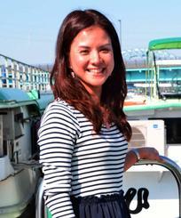 「沖縄や海外の人達に屋形船の魅力を味わってもらいたい」と語る、高橋並子さん。東京・江戸川区、自社保有の屋形船で。