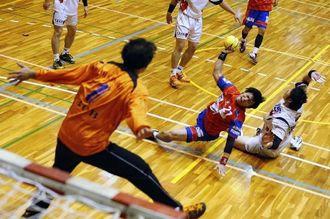 湧永製薬-琉球コラソン CB連基徳が体勢を崩しながらもフリーでシュートを放つ=愛知県の枇杷島スポーツセンター(JHL提供)