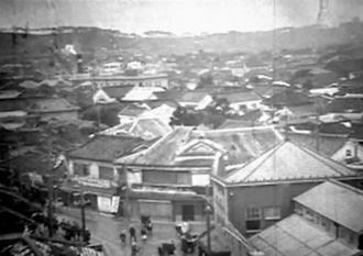 那覇市役所から写した市内の景色(シネマ沖縄提供)