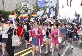 性的少数者への理解を訴え行われたパレード=14日、ソウル(共同)