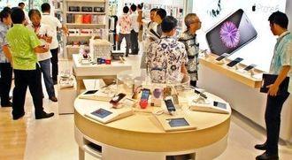 多くの来店客でにぎわう沖縄セルラー電話の直営店「auNAHA」=5日、那覇市・パレットくもじ