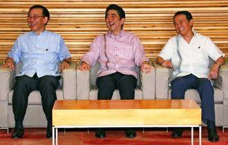 「かりゆしウエア」で閣議に臨む(左から)谷垣法相、安倍首相、麻生副総理=3日午前、首相官邸