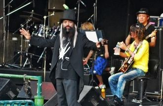 ライブで会場を沸かせる「かっちゃん」のパフォーマンス=2011年7月、沖縄市野外ステージ