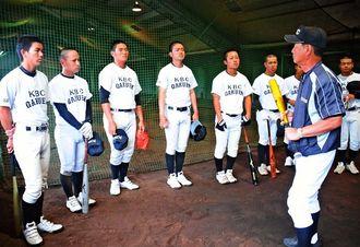 前日練習後、神山昂監督(右)の話を聞く未来沖縄ナイン=24日、福岡県の小郡市野球場