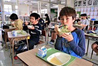 シマナーのペーストを練り込んだ沖縄そばを頬張る西原南小学校の児童たち=8日、西原町