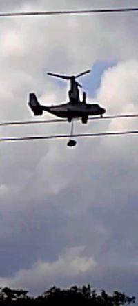 オスプレイ、低空で物資つり下げ飛行 沖縄・宜野座城原区で