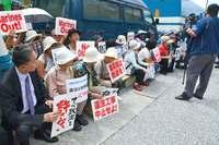 辺野古に現れた鳩山元首相 スーツ姿で座り込み参加