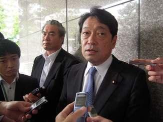 オスプレイの事故について米側へ情報提供を求めたことを明らかにした小野寺五典防衛相=6日、千代田区