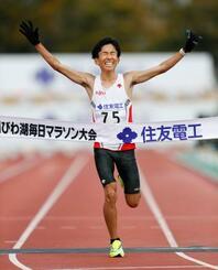 2時間4分56秒の日本新記録をマークし、優勝した鈴木健吾=大津市皇子山陸上競技場