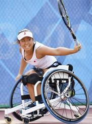 ジャカルタ・アジアパラ大会の車いすテニス女子シングルスで優勝した上地結衣。2020年東京パラリンピックの出場権を獲得し、五輪を含む東京大会で個人の日本代表第1号となった=12日(共同)