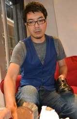 靴を磨く仲程秀之さん=4月20日、沖縄市中央のスタートアップ・カフェコザ