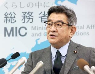 接待を受けた総務省幹部の懲戒処分について記者会見する武田総務相=24日午後、総務省