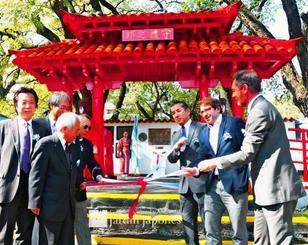 ブエノスアイレス市の日本庭園内にお目見えした守礼門の除幕式=アルゼンチン