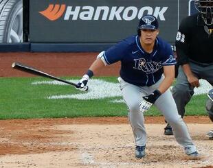 ヤンキース戦の7回、決勝の適時二塁打を放つレイズ・筒香=ニューヨーク(共同)