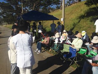 集会で声明を読み上げる医療関係者ら=7日午前、名護市辺野古