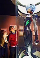 「アヤナミレイ(仮称)」の等身大フィギュアが来場者をエヴァの世界へいざなう=県立博物館・美術館