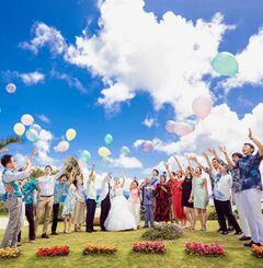 親族や親しい友人だけで「小さな結婚式」ができるのもリゾートウエディングの特徴=(恩納村リゾートウェディング活性化協議会提供)