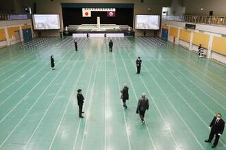 追悼式が中止となり、献花方式に切り替えた宮城県石巻市の会場=2020年3月11日