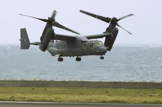 鹿児島県の奄美空港を離陸する米空軍輸送機CV22オスプレイ=2018年7月4日