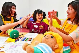 初めて設けられたキッズスペースで遊ぶ子どもや学生=11日、沖縄市・タピック県総ひやごんスタジアム