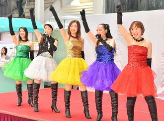 ダンスボーカルグループDream39の(右から)Akaneさん、Rikoさん、Naoさん、Hazukiさん、Shigeさん=6月17日、北谷町・サンエーハンビータウン