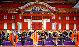 沖縄芸能大会で「かぎやで風」を踊る川崎沖縄芸能研究会のメンバーら=16日、川崎市教育文化会館