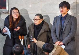 18日、ソウルで記者会見する韓国人元徴用工の代理人弁護士ら(共同)