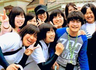 高3の卒業遠足でUSJを訪れた澤田健太さん(前列右端)。苦手だったアトラクションも、友達と一緒なら楽しめた(家族提供)