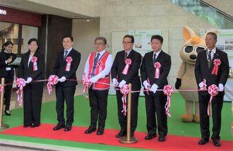 台湾フェア開幕セレモニーでテープカットする呉会長(右から2人目)と武富社長(同3人目)ら=14日午前、那覇市久茂地のタイムスビル