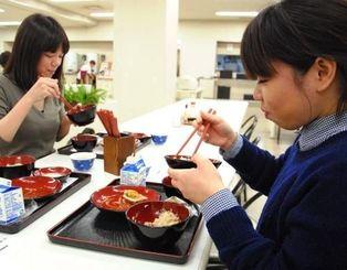 学校給食に舌鼓を打つ人たち=19日、那覇市泉崎の県庁食堂「南天」