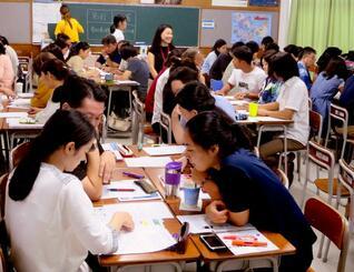 沖縄の今後の10年間に必要な開発について意見交換し合意形成を図る参加者ら=7日、西原町・沖縄キリスト教学院大学