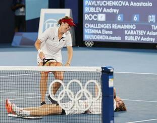 混合ダブルスで優勝を決め、喜ぶアナスタシア・パブリュチェンコワ(左)、アンドレイ・ルブレフ組=有明テニスの森公園