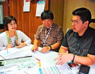おきなわASKのメンバー(左から)大田房子さん、村吉政秀さん、仲松靖幸さん。今年7月、3人そろってASK認定依存症予防教育アドバイザーの資格を取得した=豊見城市金良の事務所