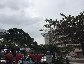 沖縄地方は気圧の谷の影響で曇っており、弱い雨が降っている所もあります