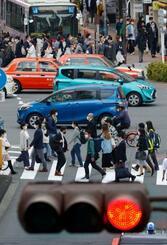 東京・新宿駅近くを歩く人たち=8日午後