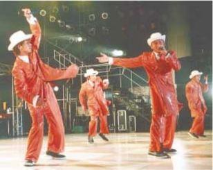 ライブでパフォーマンスを披露するDA PUMPのメンバー=2000年10月15日、宜野湾市海浜公園屋外劇場