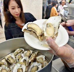 食欲をそそるぷりぷりの蒸し牡蠣=6日、タイムスビル